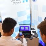 Ересектерге де озық технологияларды игеру қажет. Мәселен, педагогтар білім беру саласында балаларға VR жобалауды, 3D-принтерде баспа жасауды, роботтар құрастыруды, дрондарды басқаруды үйретуі тиіс. Бұл үшін оқытушылар біліктілігін арттырып, жаңа әлемге енеді.   Фотода: Белградтағы (Сербия) Жоғары оқу орындарындағы ресейлік цифрлық ынтымақтастық халықаралық көрмесінің қатысушылары.