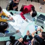 Цифрлық сауаттылықты, желідегі саналы мінез-құлықты және IT-бағыттарға деген қызығушылықты дәріптеу үшін Россотрудничество қолдауымен ресейлік цифрлық бағдарлама жұмыс істейді.  Фотода: қырғыз оқушылары Томск мемлекеттік университетінің цифрлық сауаттылықты оқыту интенсивінде отыр.