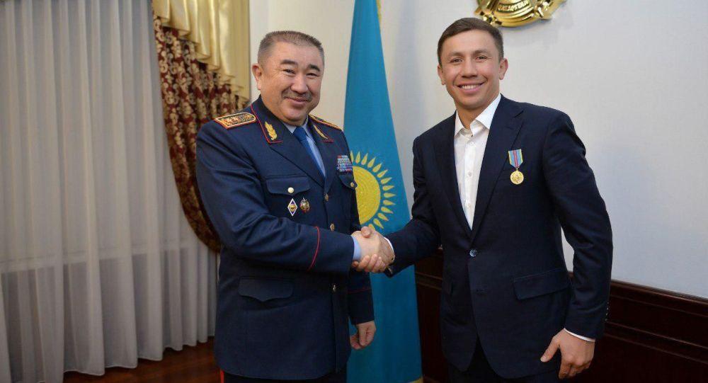 Глава МВД Казахстана Ерлан Тургумбаев вручил награду Геннадию Головкину