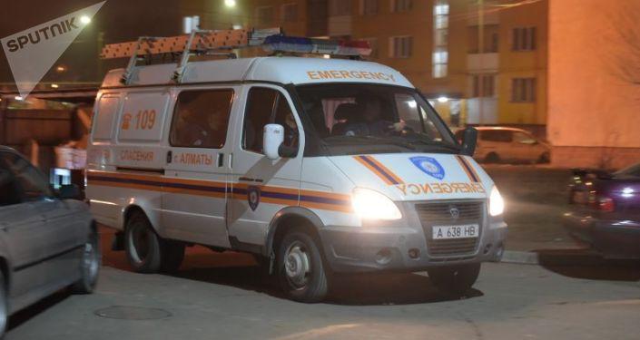 Автомобиль службы спасения во дворе накренившейся девятиэтажки в мкр Зердели