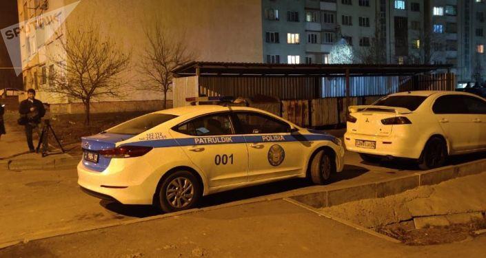 Патрульная машина дежурит во дворе накренившейся девятиэтажки в мкр. Зердели