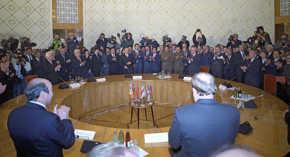 Президенты одиннадцати суверенных государств и другие официальные лица после подписания Протокола к Соглашению о создании Содружества независимых государств, 21 декабря 1991 года, (Алма-Атинская декларация)