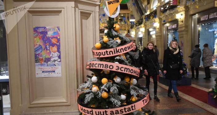 В этом году Sputnik отмечает свое пятилетие, и елка стала подарком москвичам и гостям столицы от именинника