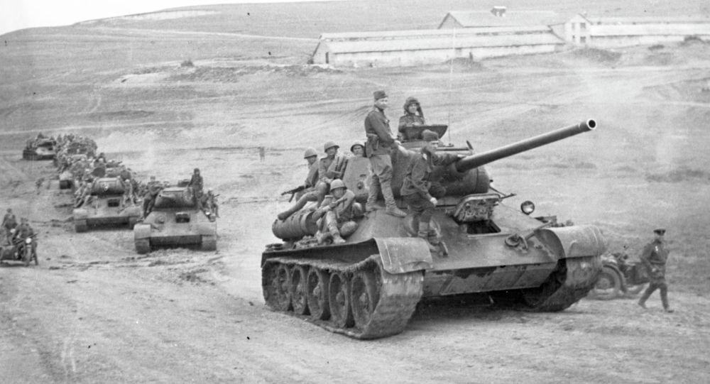 Великая Отечественная война. 22 июня 1941 - 9 мая 1945 гг. Танки на марше