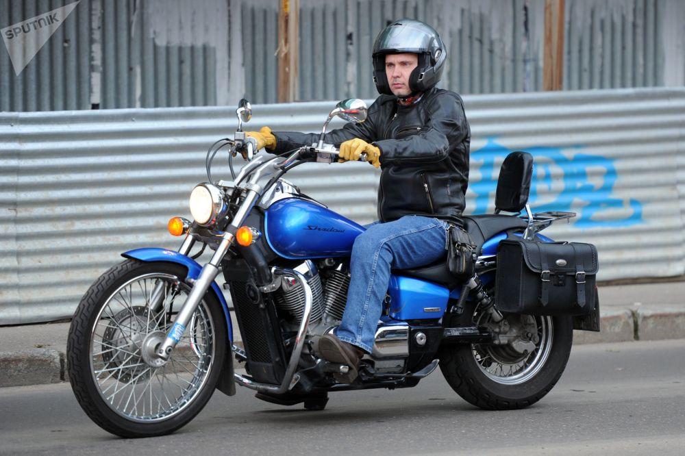 Фотокорреспондент Андрей Стенин на мотоцикле у здания Следственного комитета на Бауманской улице, где проходит акция Оккупай СК