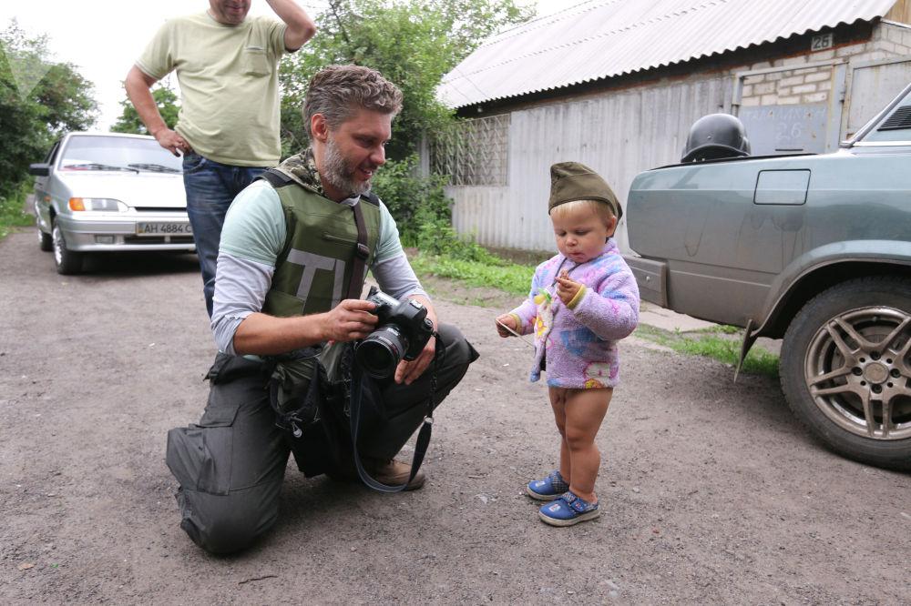 Специальный фотокорреспондент МИА Россия сегодня Андрей Стенин и мальчик Антон Кобченко в селе Семеновка
