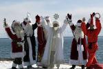 Шесть Дедов Морозов: Санта Клаус, казахстанский и кыргызский Аяз Ата, российский Дед Мороз, иранский Хаджи Фируз