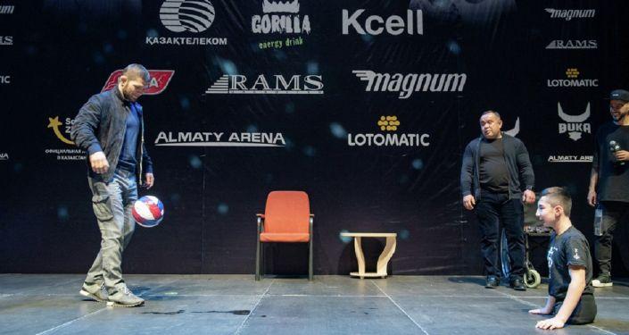 Хабиб Нурмагомедов и Али Турганбеков сыграли в футбол