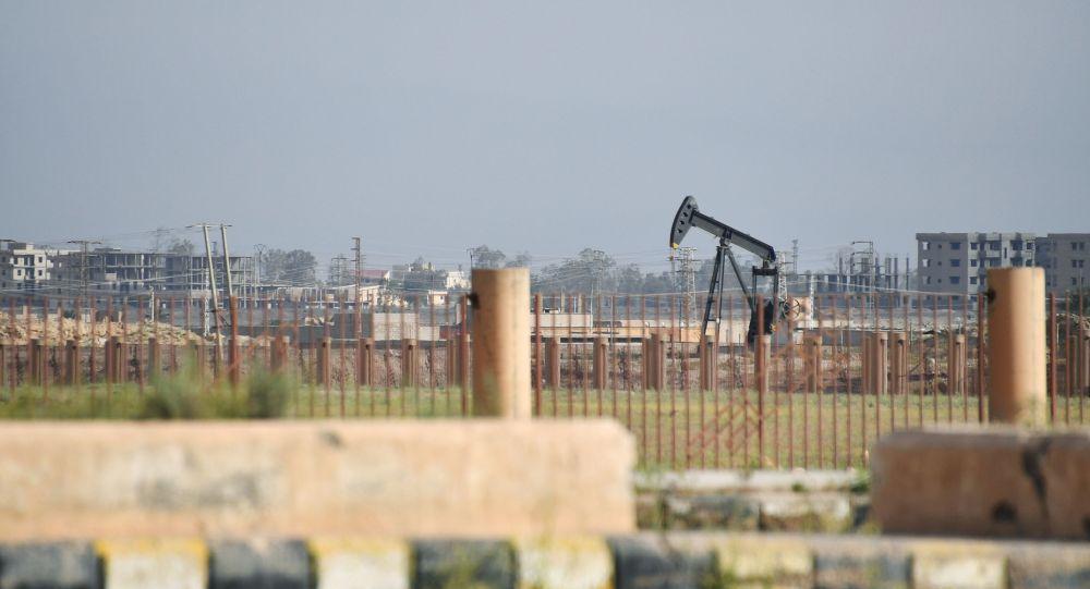 Нефтяная скважина на окраине Дейр-эз-Зора (Сирия)