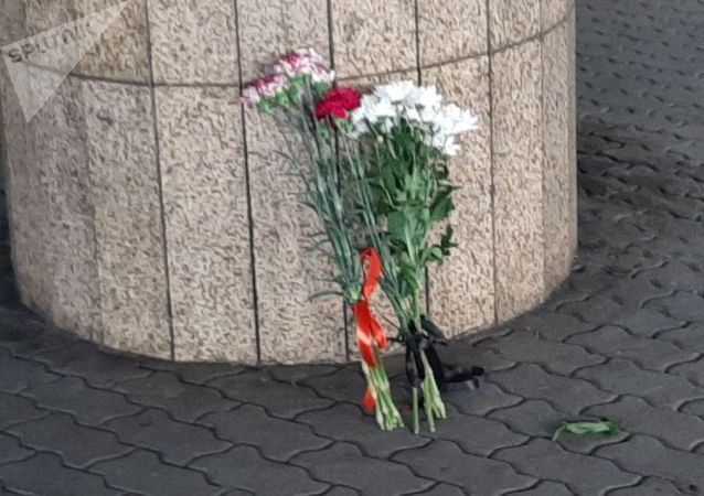 Цветы в память о погибших в авиакатастрофе
