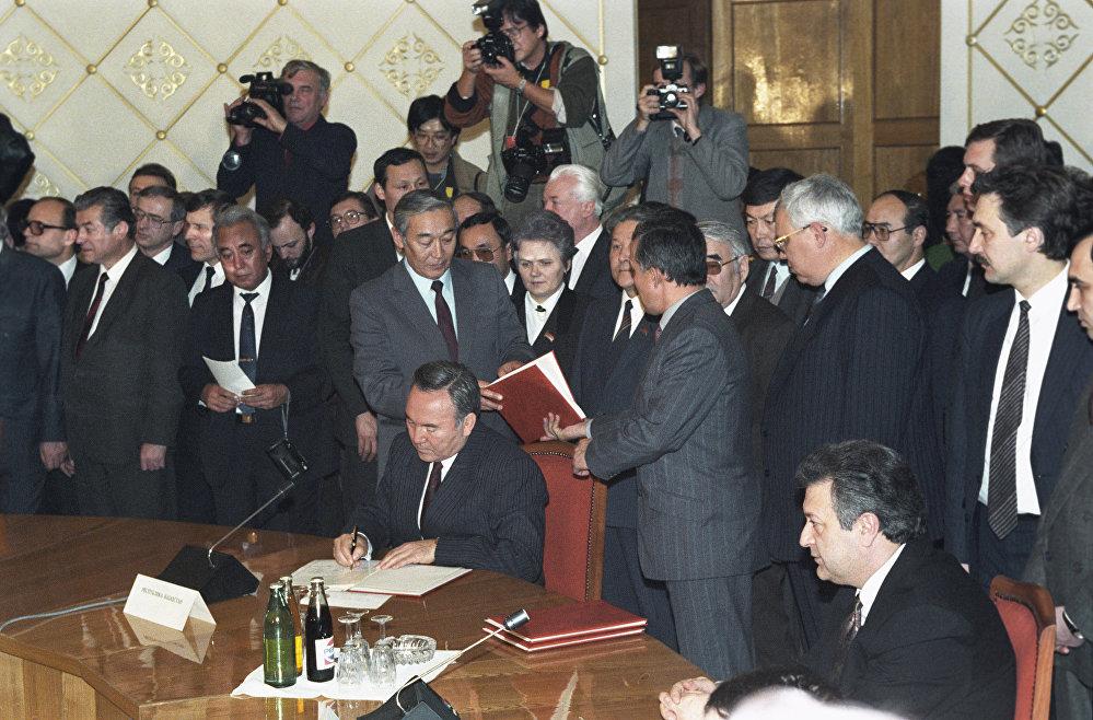 Қазақстан президенті Н. Назарбаев ТМД құру туралы декларацияға қол қоюда
