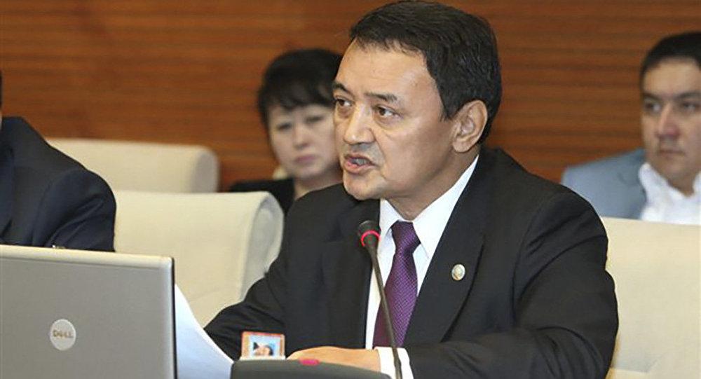 Казахского депутата лишили полномочий из-за скандального видео