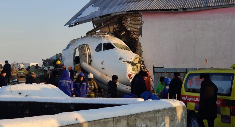 Спасательные работы при крушении самолета под Алматы
