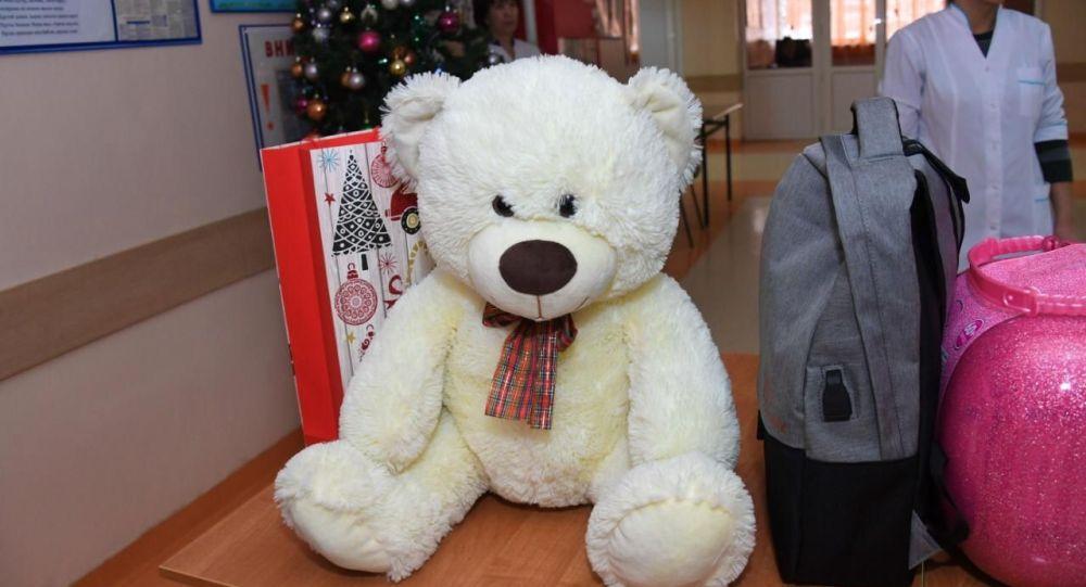 Президент передал подарки пострадавшим в авиакатастрофе детям в Алматы