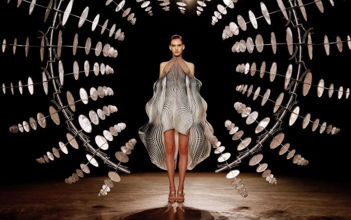 Показ коллекции Iris van Herpen осень-зима 2019/2020 Haute Couture