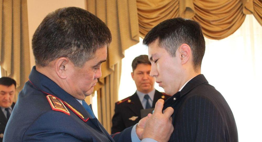 Заслонившего собой беременную при крушении самолета Бек Эйр Темирлана Кадауова наградили в МВД
