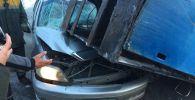 Металлическая конструкция упала на авто