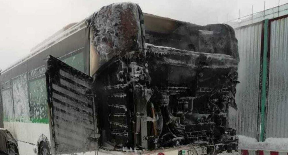 Пассажирский автобус загорелся около аэропорта в Нур-Султане