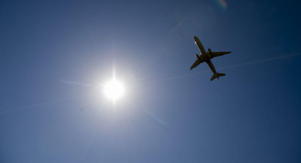 Архивное фото самолета Боинг 737, взлетающего над аэропортом в Вашингтоне. Данное украинское воздушное судно, потерпело крушение 8 января 2020 года вскоре после взлета в Тегеране