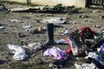Вещи пассажиров на месте крушения самолета авиакомпании Международные Авиалинии Украины после взлета из иранского аэропорта Имама Хомейни на окраине Тегерана
