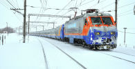 Поезд на заснеженной железной дороге
