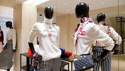 Модный дом Chanel и онлайн-платформа Farfetch запустили футуристичный торговый проект во флагманском магазине Chanel в Париже.