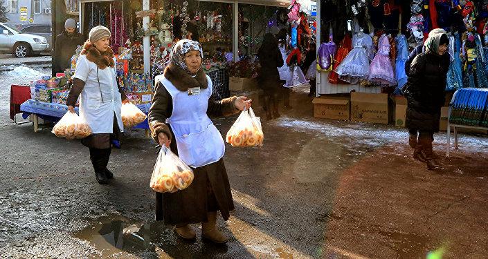Уличная торговля в Алматы. Архивное фото.