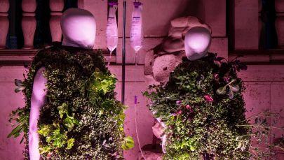 Дизайнер изобрел жилет, который живет за счет отходов жизнедеятельности