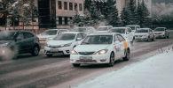 Автомобили Яндекс-такси на дороге
