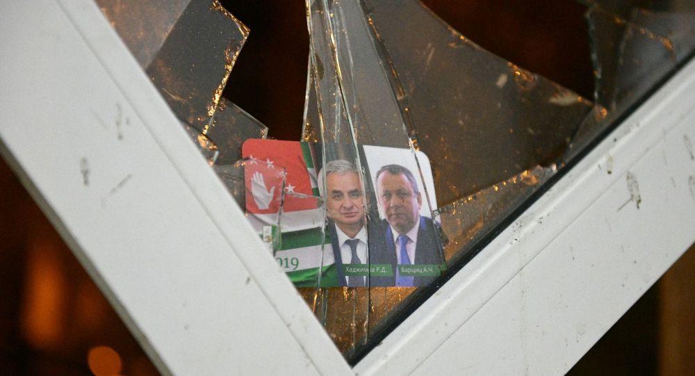 Портреты президента Абхазии Рауля Хаджимбы и вице-президента Абхазии Аслана Барцица в разбитом стекле здания администрации президента Абхазии.
