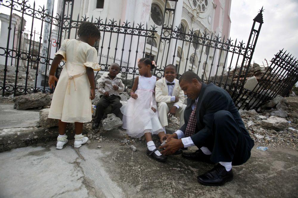 Гаитидегі жер сілкінісінен кейін қираған шіркеуде үйлену тойына дайындық.