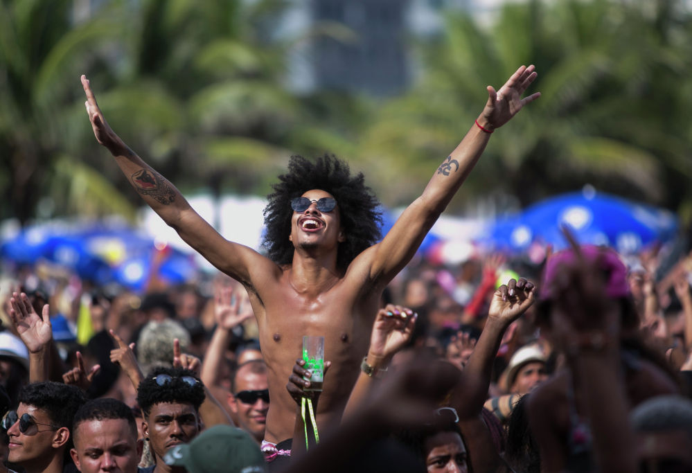 Люди принимают участие в уличной вечеринке Bloco da Favorita на пляже Копакабана, Рио-де-Жанейро, Бразилия