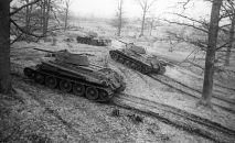 Танки Т-34 выходят на боевой рубеж, архивное фото