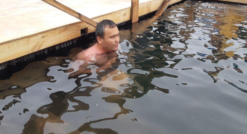 Житель столицы Кайырбек Аяшев простоял в проруби 40 минут