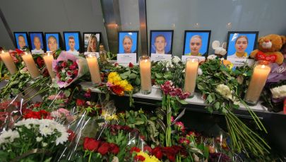 Цветы и свечи в международном аэропорту Борисполь в Киеве в память о членах экипажа пассажирского лайнера Boeing 737-800