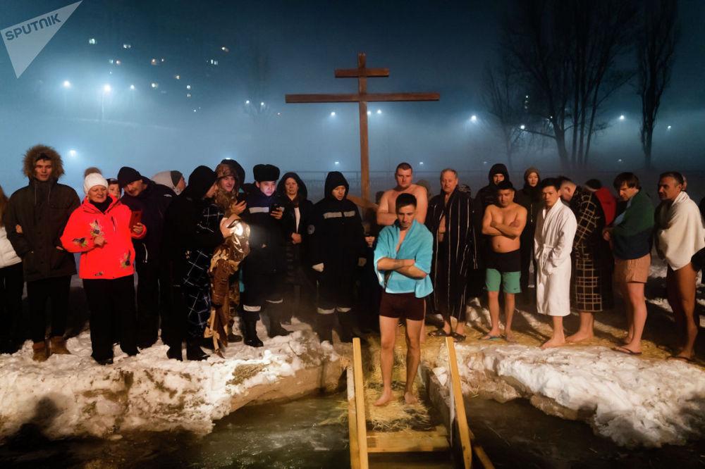 Крещенские купания на озере Сайран, неподалеку от Богоявленского храма