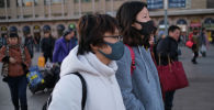 Люди в масках на улицах Пекина, Китай