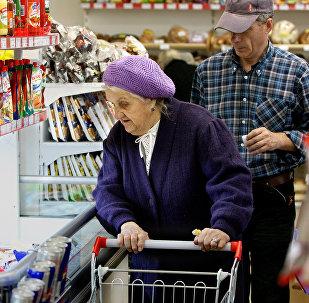 Пенсионерка в продуктовом магазине