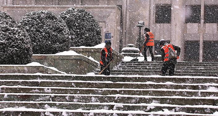 Архивное фото уборки снега