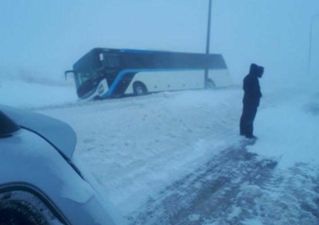 На Карагандинской трассе автобус маршрута №80 занесло в кювет