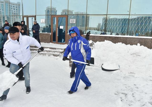 Арыстанбек Мухамедиулы во время акции по очистке снега