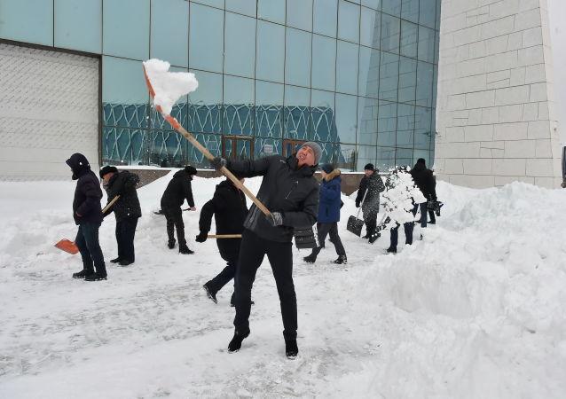 Сотрудник Нацмузея Казахстана на акции по очистке города от снега