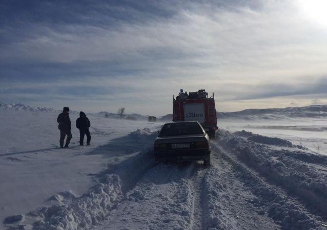 Спасатели помогли вытащить из сугробов автотранспорт скорой помощи в Алматинской области