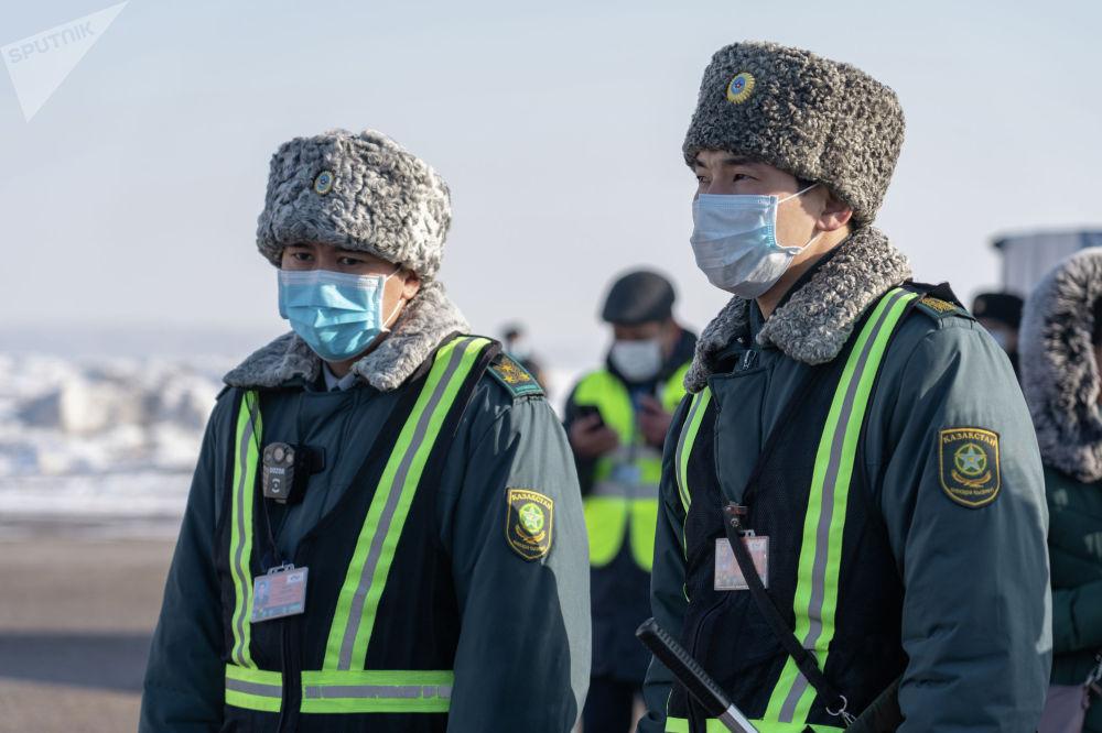 В аэропорту Алматы готовятся к возможному прибытию инфицированных коронавирусом пассажиров. Учения проводились в условиях, максимально приближенных к реальным
