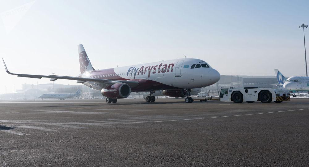 Самолет компании FlyArystan в аэропорту