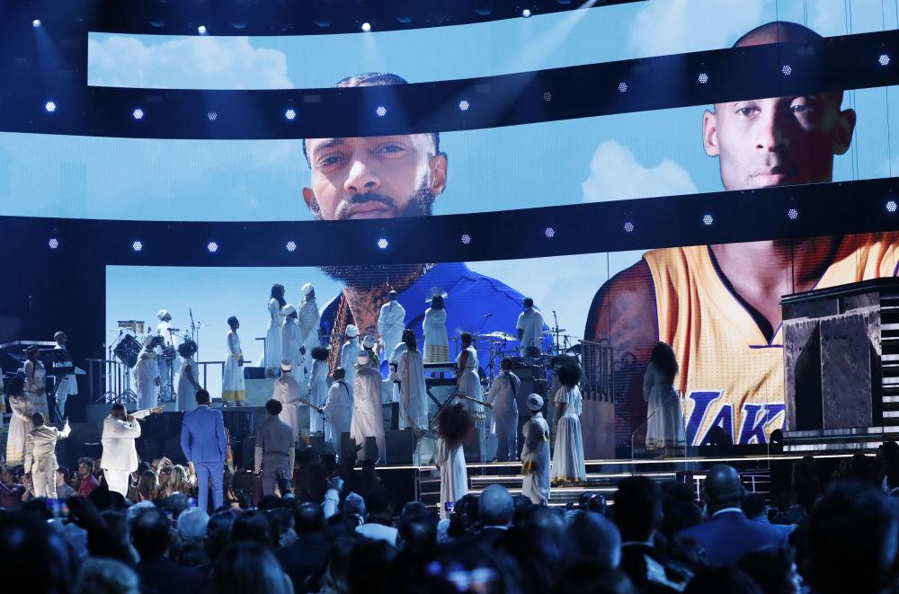 Көптеген әлемдік жұлдыздар баскетболшы өліміне байланысты көңіл айтты. Суретте: 62nd Grammy Awards кезіндегі экрандағы рэппер Nipsey Hussle мен баскетболшы Коби Брайанттың суреті.