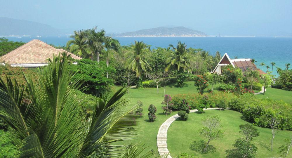 Курортные места в районе города Санья на китайском острове Хайнань