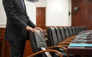 Кресло ұстап тұрған ер адам, иллюстративті фото