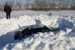 Спасатели откапывают машины из-под снега