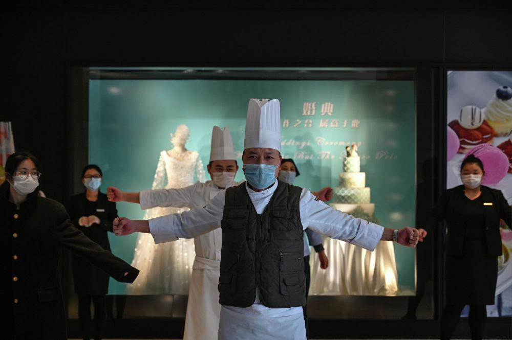 Поваров в ресторане отеля инструктируют о новых правилах в связи со вспышкой коронавируса в Ухане, Китай.